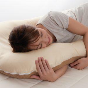 ผู้หญิงนอนหมอนอเนกประสงค์ Arch pillow แบบตะแคงข้าง