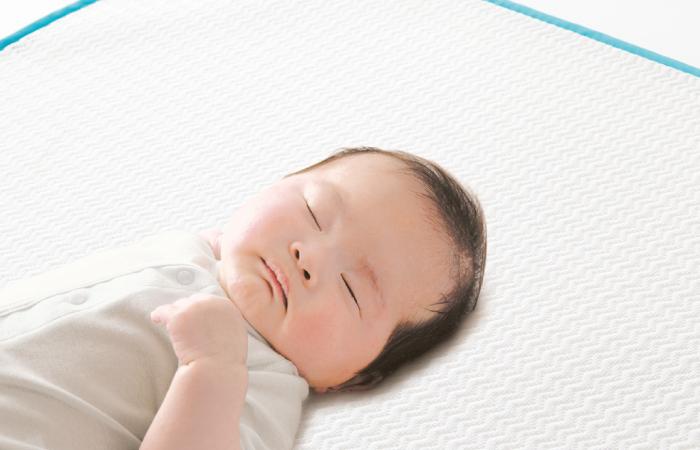 เด็กทารกนอนบนหมอน Salaf baby pad ช่วยดูดซับเหงื่อและกระจายออกรวดเร็ว ลดผดผื่นแดง