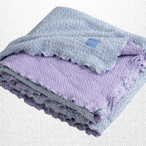 ผ้าห่มยืด ฟ้า-ม่วง (Blue-Purple) ลักษณะผ้าเป็นคลื่น ทำให้ไม่เคลื่อนหลุดออกจากตัว