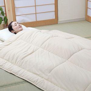 ผู้หญิงนอนห่มผ้าห่มขนอูฐ camel futon