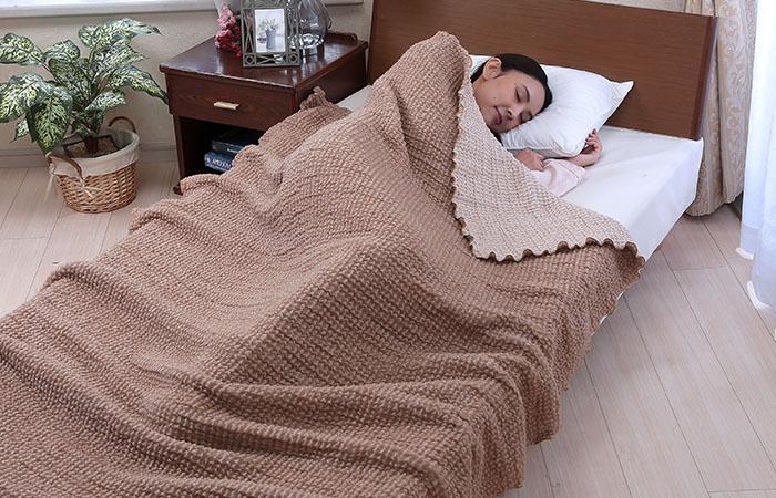ผู้หญิงนอนห่มผ้าห่มขนอูฐ camel & organic cotton