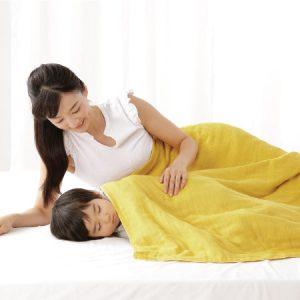 แม่และเด็กห่มผ้าห่ม Cumuco