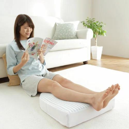 นั่งพักผ่อนใช้หมอนรองขา Salaf legs pillow เพื่อทำให้ขาได้ผ่อนคลาย