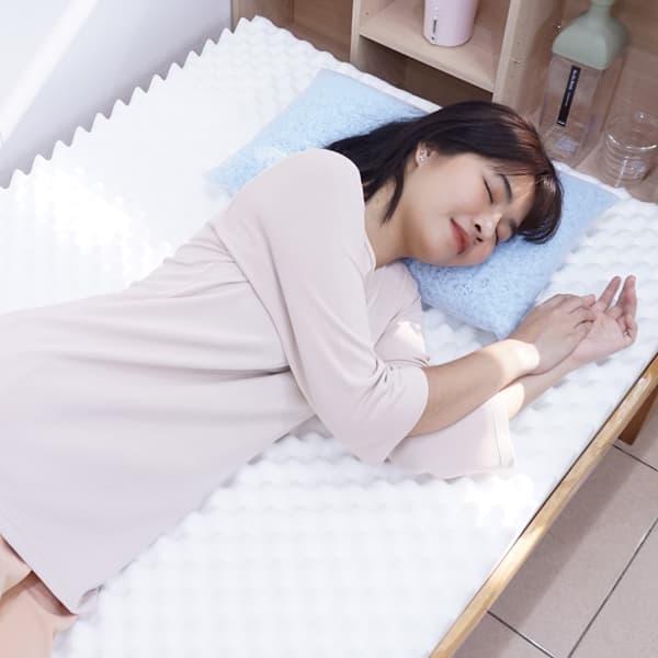 ผู้หญิงนอนที่นอนสุขภาพ Kenko mattress มีปุ่มช่วยนวดตัว บรรเทาอาการปวดหลัง