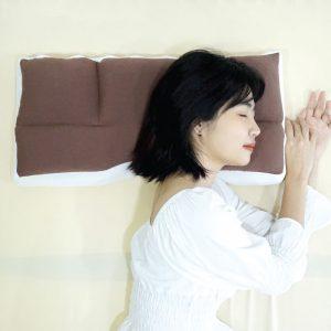 ผู้หญิงนอนตะแคงบนหมอน Super fit 4 zone
