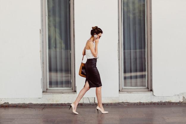 ผู้หญิงเดินคุยโทรศัพท์