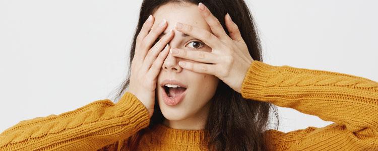 ผู้หญิงเสื้อสีเหลืองยืนปิดตา