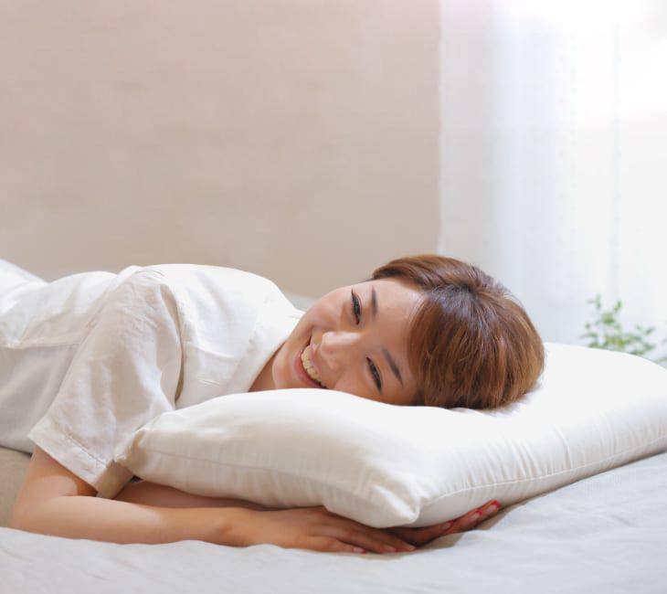 ผู้หญิงนอนบนหมอน King Kaimin Pillow
